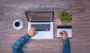 organizacja pracy - laptop, biurko